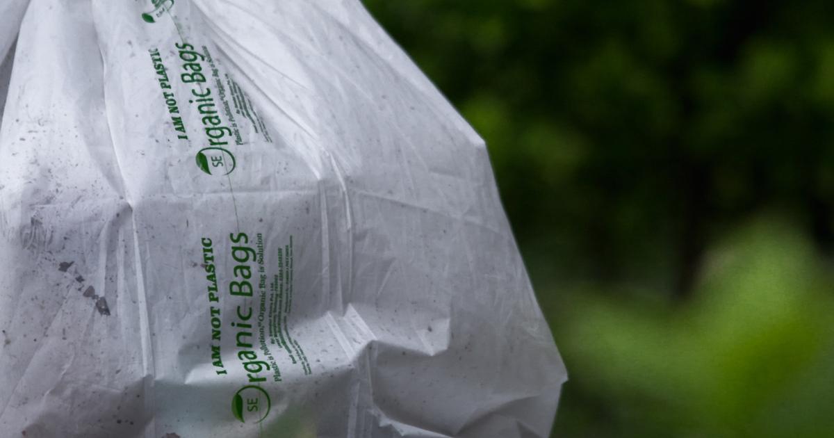 Un sac à compost en plastique biodégradable