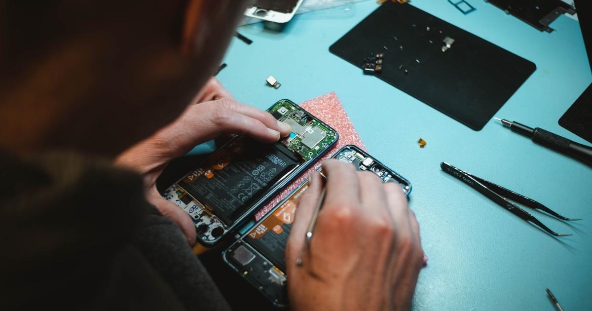 quelqu'un répare un smartphone