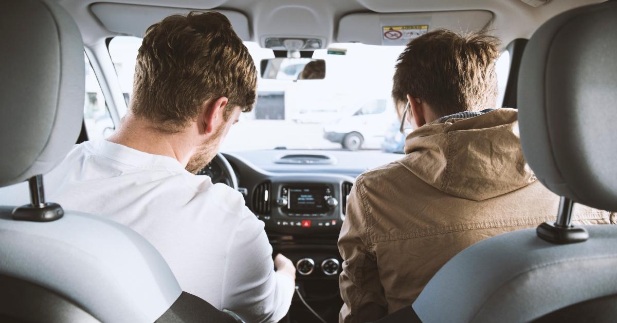 deux personnes dans une voiture
