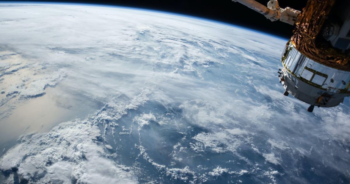 Mer de nuages vue de l'espace et un satellite