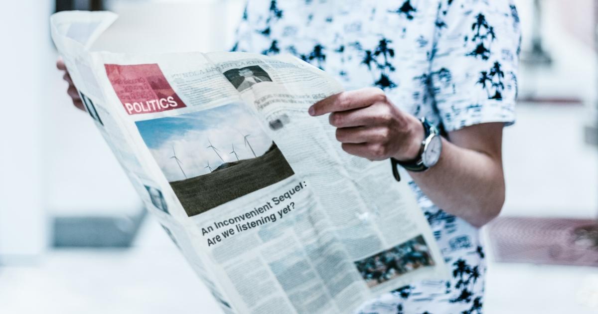 personne lisant le journal